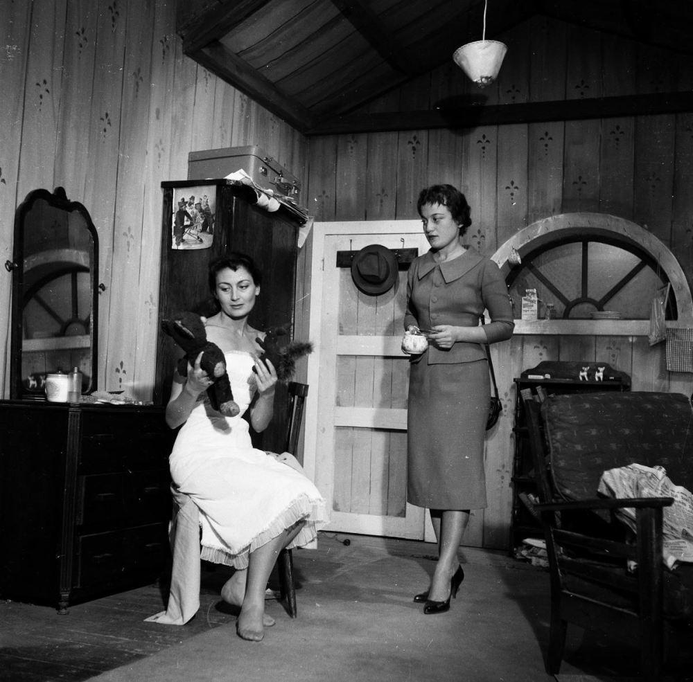 """<p>John Osborne'un 1958'de sahnelenen """"Öfke"""" oyununda başrolleri paylaştığı Tomris Oğuzalp (sağda) ile.</p>"""