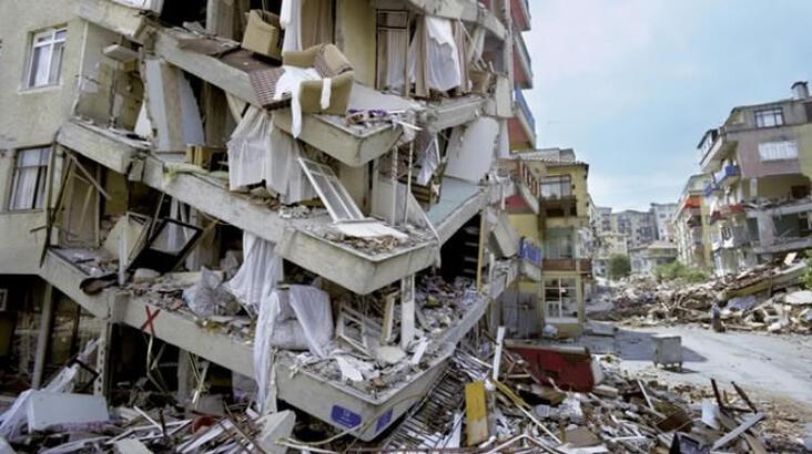 """<p><strong>İSTANBUL'DA AYNI TEHLİKE VAR</strong></p><p>Alüvyon zeminlere kurulu yapıların deprem sırasında zemin büyütmesine maruz kaldıklarını dile getiren Prof. Dr. Yaltırak, zeminin depreme etkisini de şu şekilde anlattı:</p><p>""""Depremin şiddeti dediğimiz, ortaya çıkan sarsıntı veya titreşim gücü. Yüzey büyütmesi olan binalar daha uzun titreşip, sallanırken, yüzey büyütmesi olmayan veya en az olan sağlam zemindeki yapılarda sallanma daha kısa sürer. Bayraklı'da yıkılan Rıza Bey apartmanının video görüntülerinde deprem büyütmesi açıkça görülüyor. Depremin 40. saniyesinde kolon patlıyor. Belli ki yapının giriş katındaki kolon traşlanmış. Köşe kolon patlayınca bina olduğu gibi çöküyor. Normalde kaya zemin olsa salınım 15 saniye sürecek ancak lapa gibi zeminde 45 saniye salınım söz konusu. İstanbul'un Bayraklı'ya benzer zeminlerinde de olası depremde uzun sürecek salınım tehlikesi var.""""</p><p><strong>İNSAN ELİYLE YAPILAN DOLGULAR</strong></p><p>Prof. Dr. Yaltırak'ın İstanbul'un zemin açısından riskli bölgelerine yönelik tespitleri de şöyle: """"Vadi alüvyonlarında yumuşak kil dediğimiz katman egemendir. Silivri'den Beylikdüzü'ne uzanan kesimdeki zemin yumuşak dediğimiz deprem büyütmesine yol açacak özellikte. Bölgenin zemini, kil, kömür, kum ve çakıldan oluşuyor. Deprem dalgaları zeminde kayda değer büyütmeye neden olabilir. Bakırköy ve Ataköy sahil bandı da alüvyonlardan oluşan bir bölge olduğundan zemin riski taşıyan yerlerden. Kadıköy'deki Kurbağalıdere ve Kuşdili bölgesi de kil ve çamurdan oluşan riskli zemine sahip yerler. </p><p>Bu yumuşak tabaka deprem büyütmesi yaratabilir. Çok konuşulmayan, dile getirilmeyen zemini riskli yerler arasında Kasımpaşa, Beşiktaş, Göktürk, Vatan Caddesi de yer alıyor. İstanbul'da insan eliyle yapılan dolgu alanlar da çok riskli.""""</p>"""
