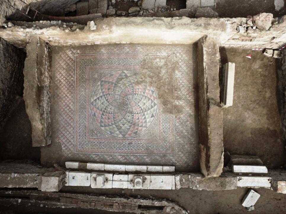 <p>Kurul, Mudanya Belediyesi'nin Myrleia Antik Kenti'nin devamı olan ve Ömerbey Mahallesi sınırları içerisinde bulunan ve arkeopark alanı olarak belirlenen özel mülkiyete ait 1448 ada 8 ve 22 parseldeki taşınmaz kültür varlıklarını kamulaştırma talebini onayladı. İmar planında yeşil alan olarak belirlenen bölgenin arkeopark olarak hayata geçirilmesi için önemli bir adım daha atılmış oldu.</p>