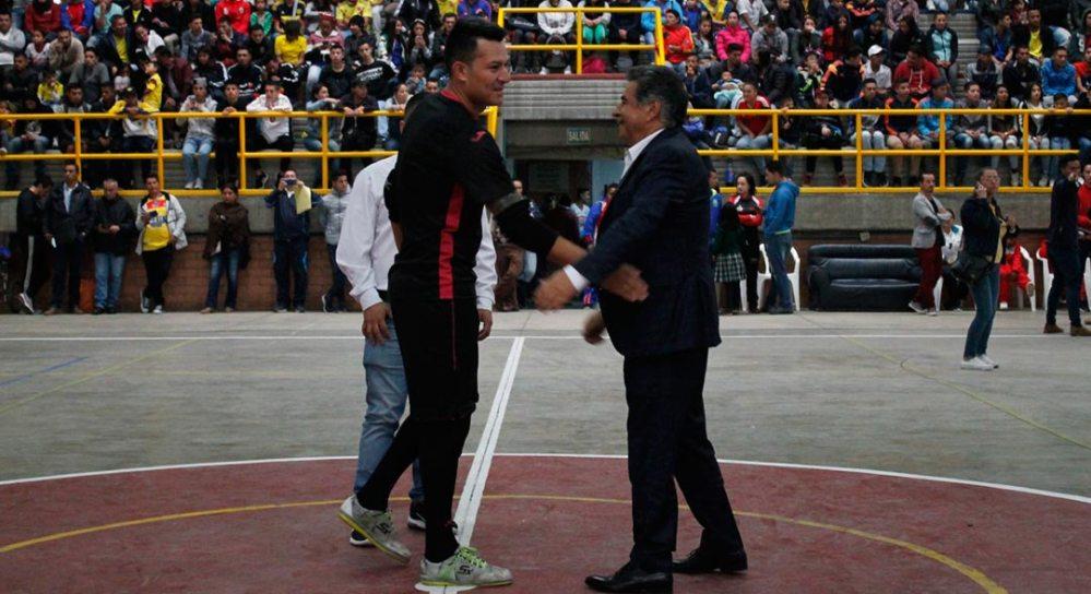 Alcalde de Soacha junto al arquero de la selección Colombia de Futbol de Salón.