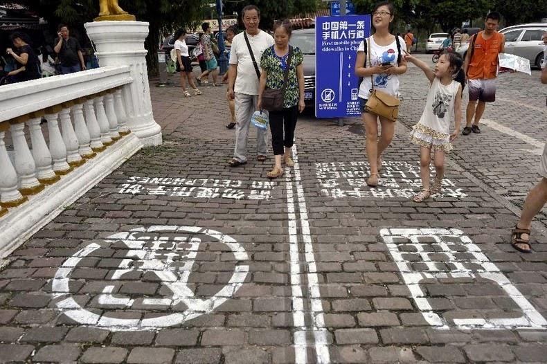 cellphone-sidewalk-chongqing-5[2]