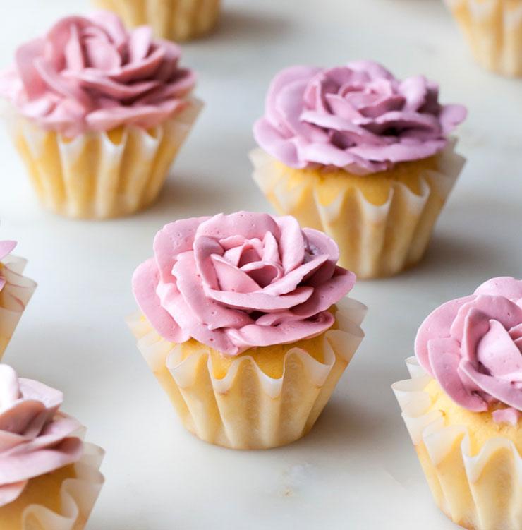 White chocolate rose cupcakes | www.cupcakesandthecosmos.com