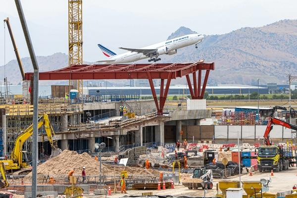 El otro conflicto del aeropuerto: Astaldi lleva a Vinci a arbitraje en Ginebra por la construcción del nuevo terminal aéreo de Santiago