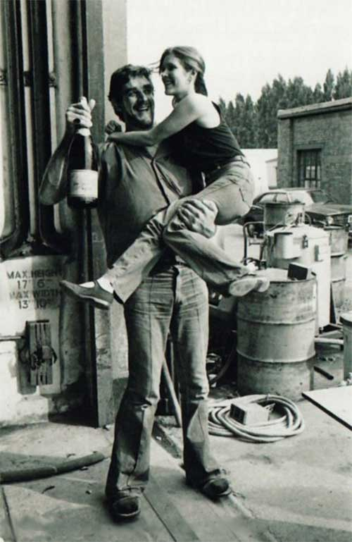 Peter-Mayhew-who-played-Chewbacca-carrying-Carrie-Fisher