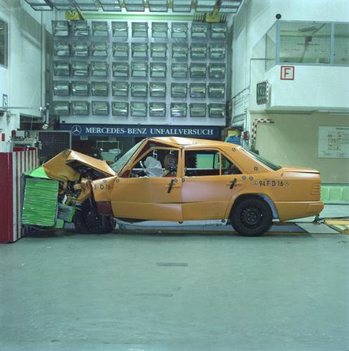 Mercedes w124 crash test