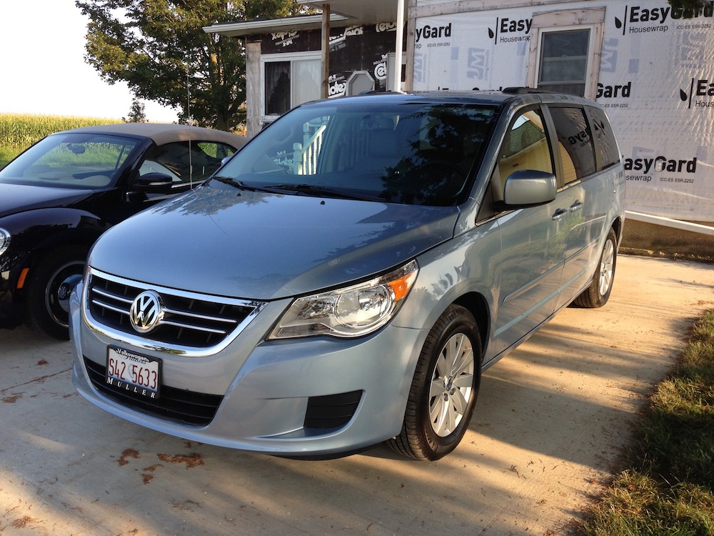 curbside capsule 2012 vw routan sel the orphan that caravaned from town to country. Black Bedroom Furniture Sets. Home Design Ideas