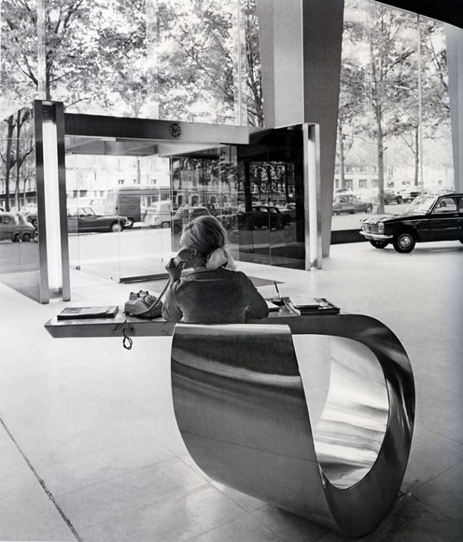 The_lobby_of_Peugeot_headquarters_in_Paris_1966 (683x800)