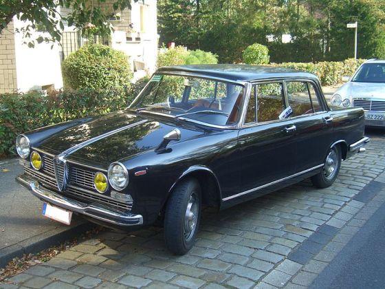 Alfa Romeo 2600 _Berlina_106.00_1962-1969_frontleft_2011-10-02_U