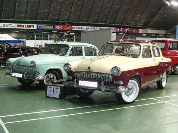 GAZ-21_(2nd_series)_on_CMSh_in_Lahti,_Finland_(two_cars_front_view)