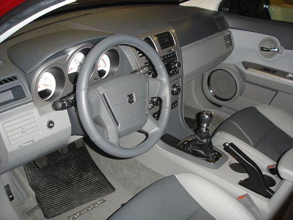 800px-Dodge_Avenger_Innenraum