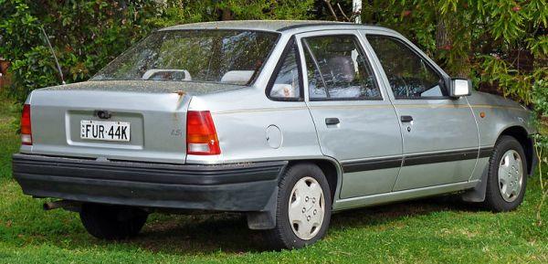 800px-1994-1995_Daewoo_1.5i_sedan_02