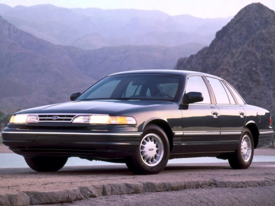 ford_crown-victoria-1995-97_r5