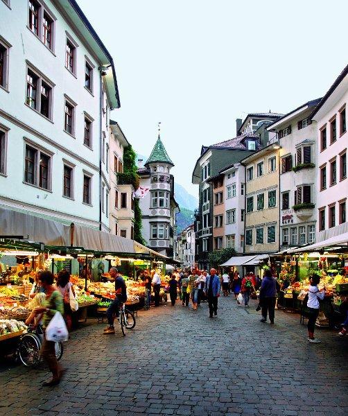 Bozen, Altstadt. Täglicher Obstmarkt