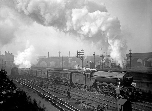 flying-scotsman-at-belle-isle-near-kings-cross-with-a-northbound-express-in-1923-1170x856