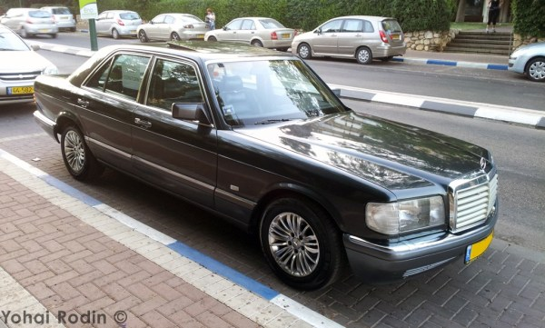 Black Mercedes-Benz W126
