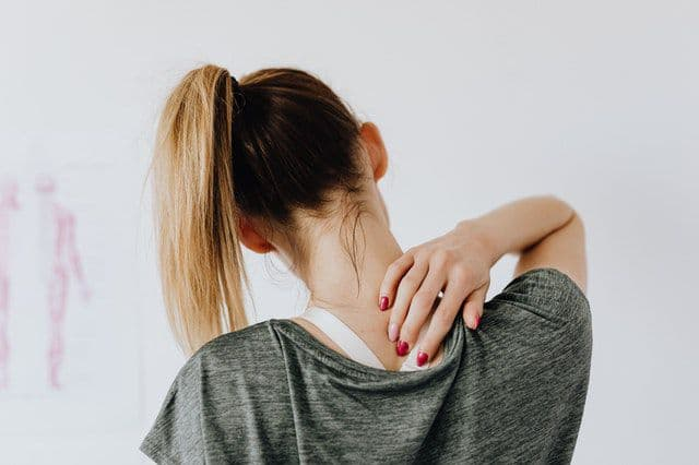 How to Manage Neck Pain at Home in Hindi