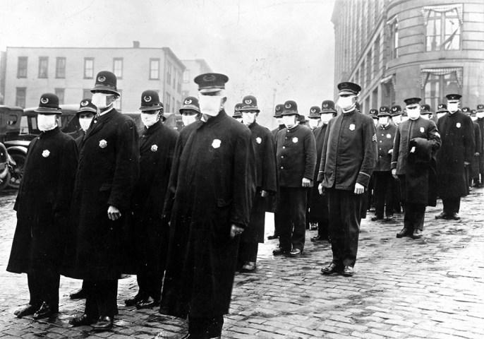 En décembre 1918, à Seattle, les forces de l'ordre sont équipées de masques.