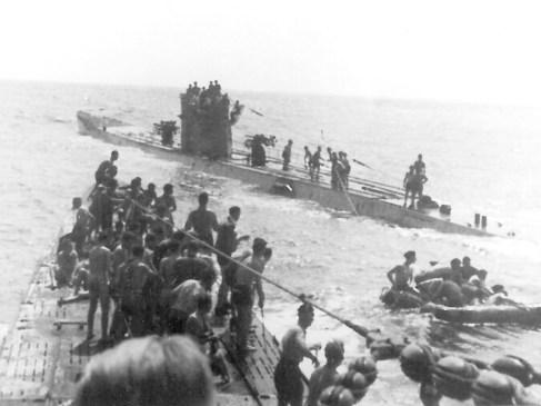 Un sous-marin allemand coula un navire britannique et secourut des rescapés