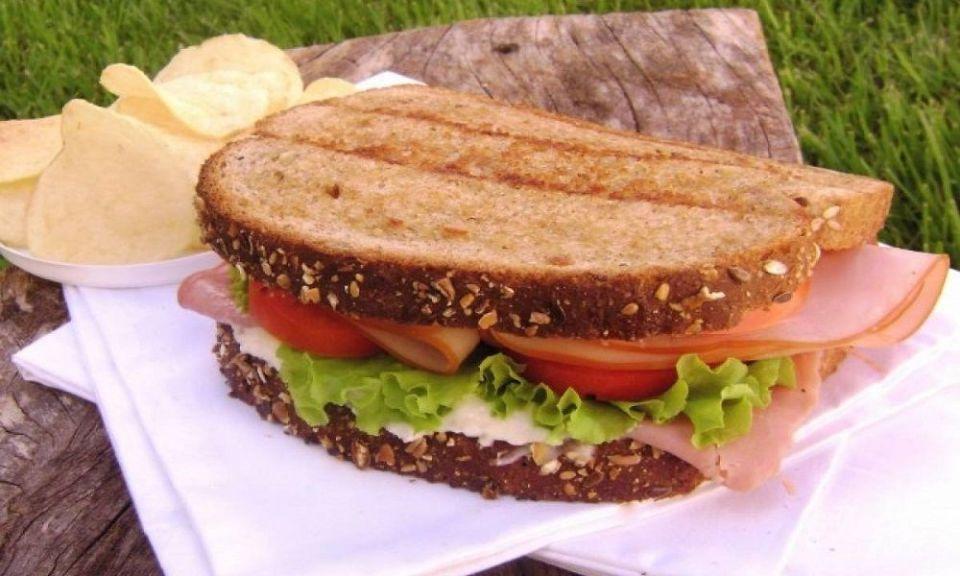 Huevos verdes y sándwiches de jamón