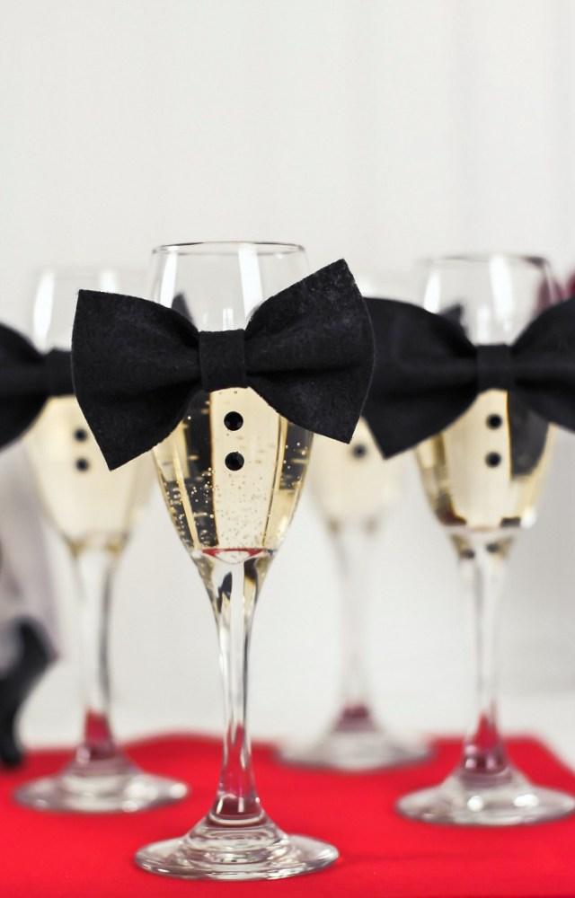 Copas de champán con pajarita, una de las ideas DIY para decorar la mesa de Nochevieja