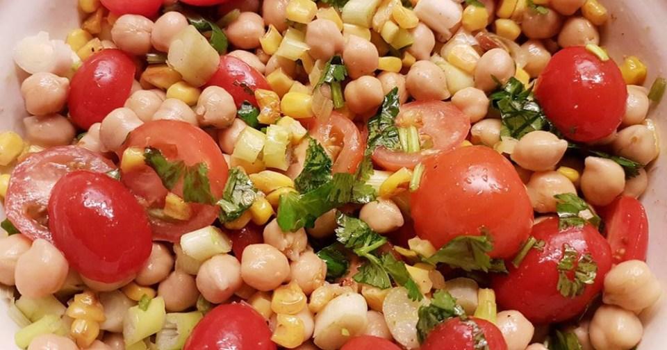 Ensalada de garbanzos, tomate y ventresca de atún, una de las recetas con grasas saludables
