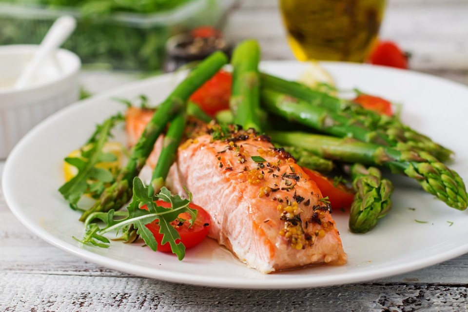 Recetas de cenas fáciles y rápidas: salmón con espárragos