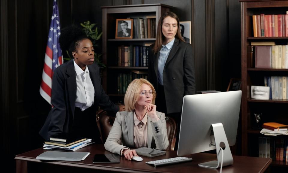 Las mujeres han alcanzado el poder entre otras, gracias al traje