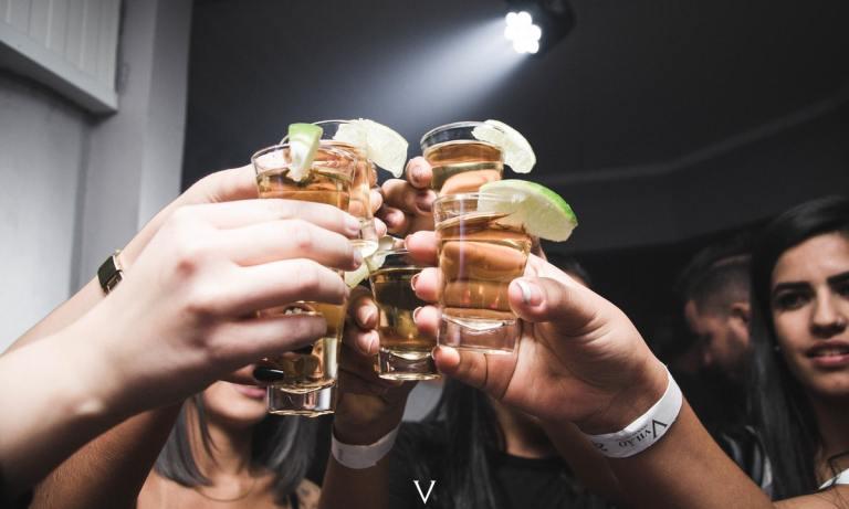 Incluir bebidas sin graduación es uno de los consejos para reducir el consumo de alcohol