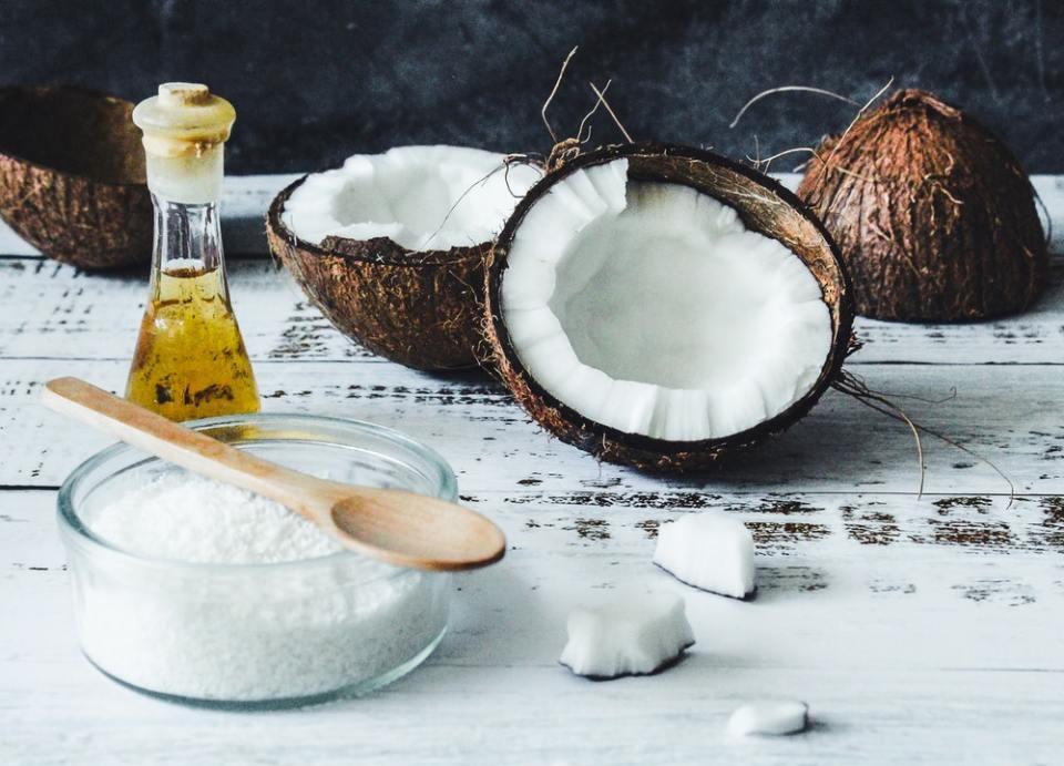 El aceite de coco puede aplicarse directamente sobre el cabello o diluido
