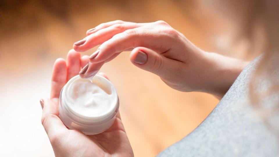 aplicar una crema solar facial