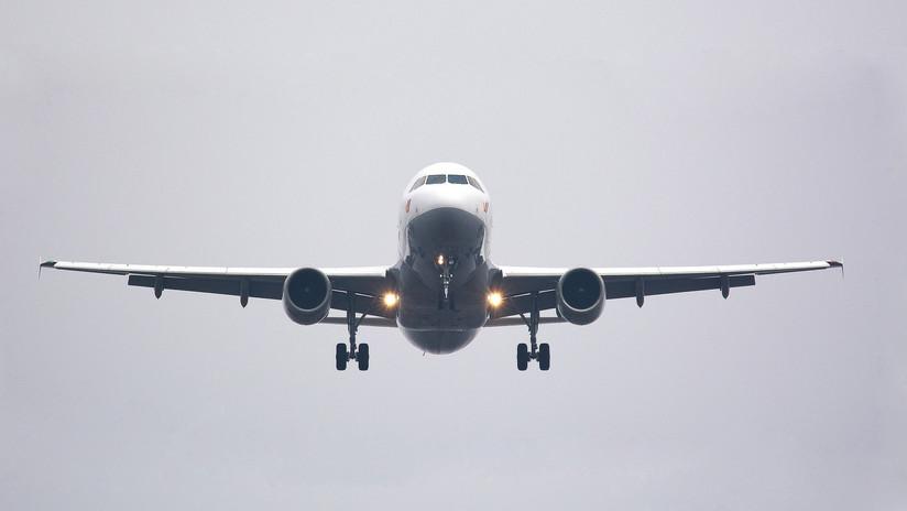 Un pasajero 'abre' la ventanilla de un avión en pleno vuelo (VÍDEO)