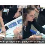 Una enfermera cantando a una paciente con cáncer terminal