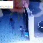 Puerta cae encima de dos niños