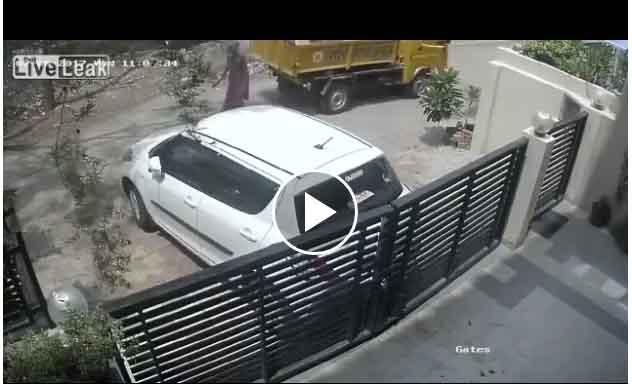 Espantoso Vídeo: Mujer es atropellada por camión que circulaba marcha atras.