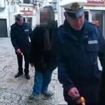 VÍDEO INDIGNANTE: Un policía italiano lanza un petardo a los pies de un anciano discapacitado