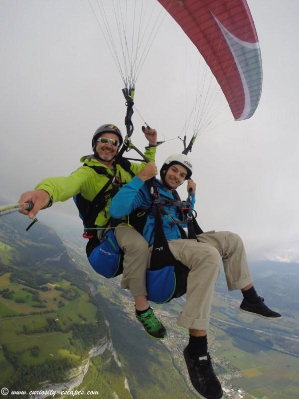 Paul en parapente au-dessus des Alpes