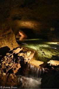 Rivière souterraine dans la grotte