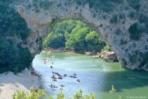 Kayaks sous le Pont d'Arc