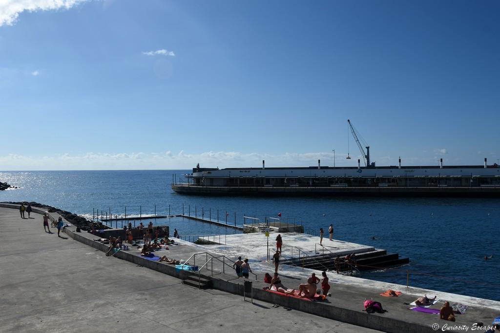 Piscine océanique dans le port de Ponta Delgada