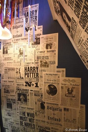 Escalier recouvert de journaux Harry Potter chez MinaLima