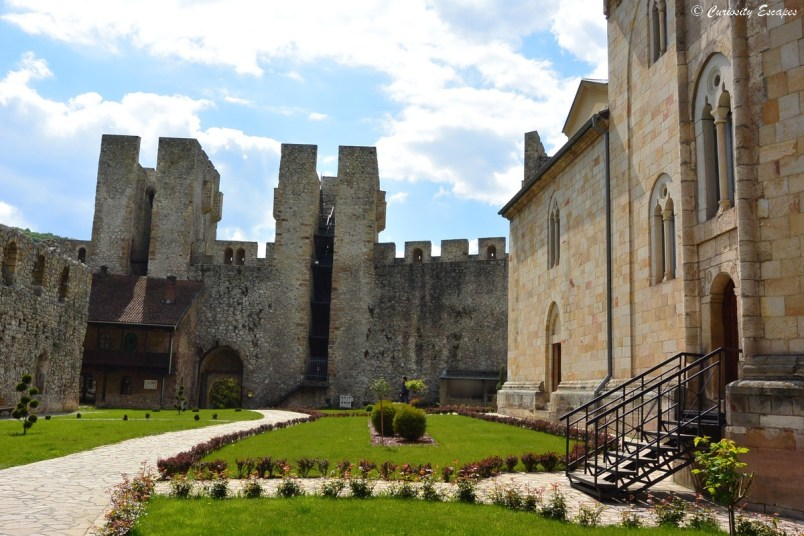 Remparts du monastère de Manasija en Serbie