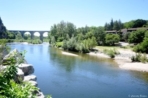 Aqueduc de Vogüé où passent les kayaks