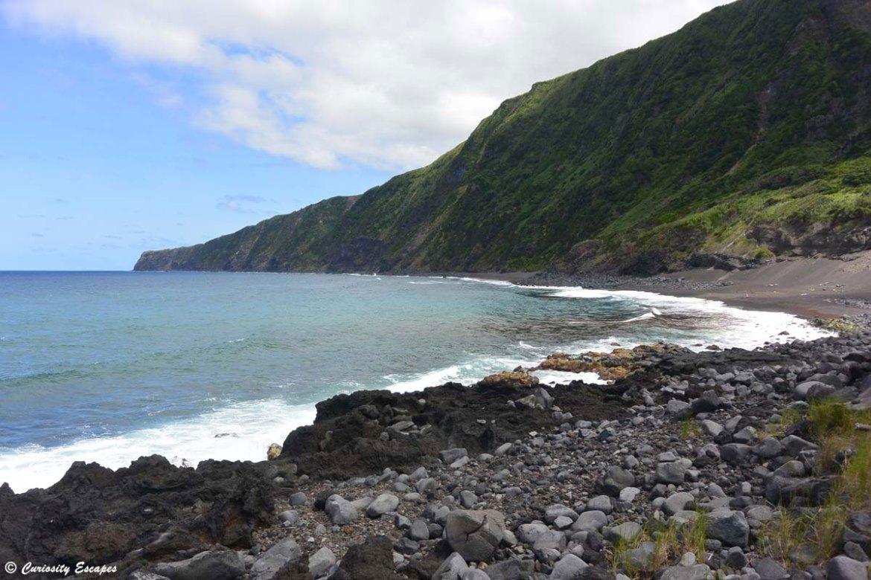 Plage de sable sur l'île de Faial aux Açores