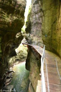 Etroit canyon du Fier et ses passerelles fixées à la roche