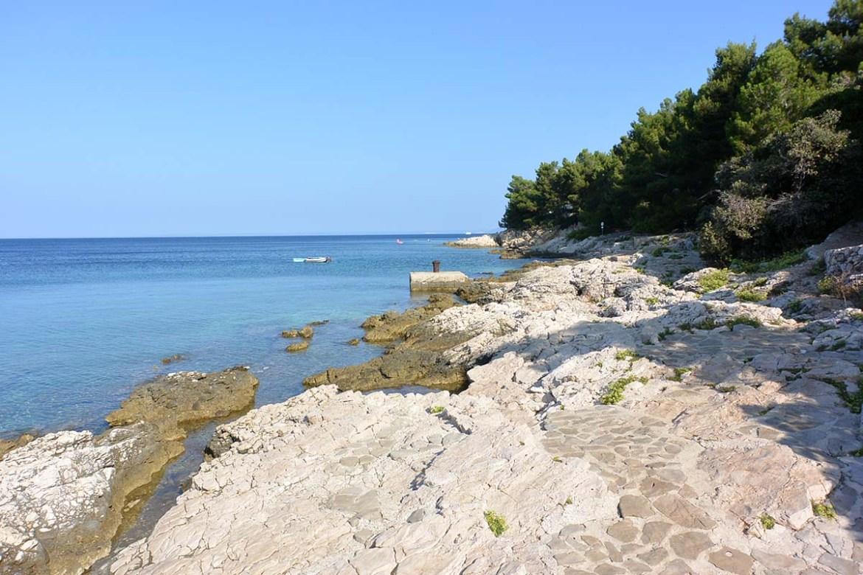 Plages de rochers du camping Slatina, île de Cres en croatie