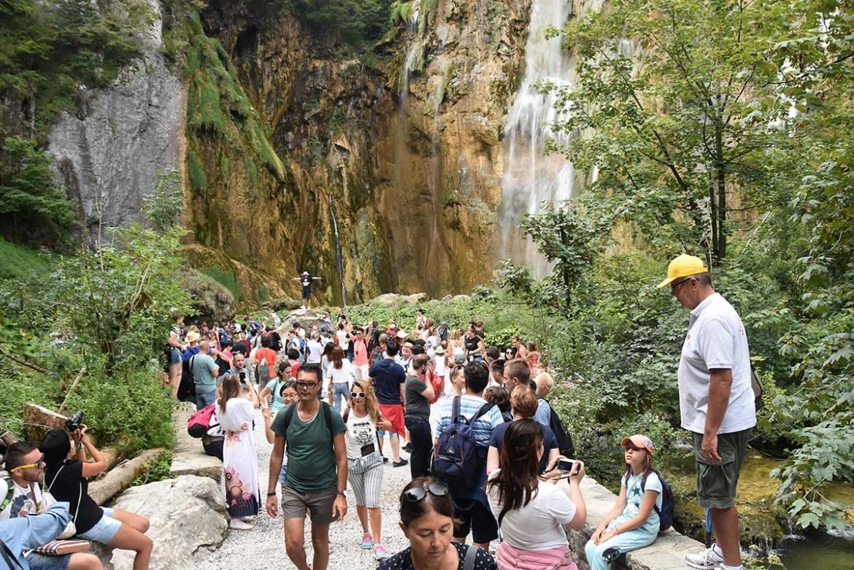 Foule devant la grande cascade des lacs de Plitvice