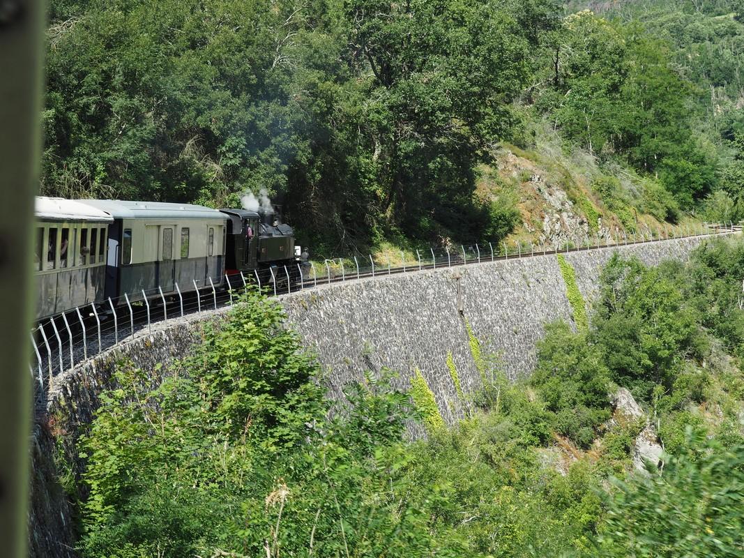 Le Mastrou traverse un pont dans les gorges du Doux, Ardèche