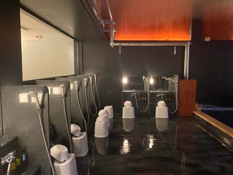 Douches ouvertes sur le onsen