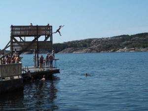 Plongeoir dans le port de Fjällbacka, Suède