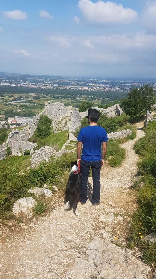 Visiter le château de Crussol avec son chien, en Ardèche